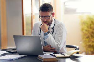 Como os sistemas de decisão otimizam a  autorização de planos de saúde?